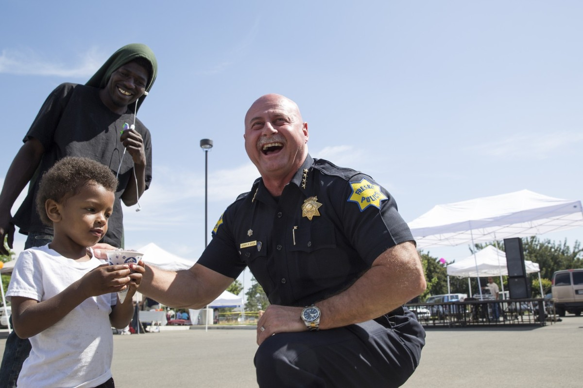 Police officer with residents in Fresno, California (photo: Washington Post/Carl Costas)
